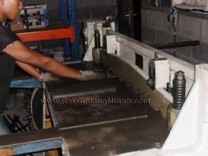 Foto 10. Proses Pemotongan Material Rak Gudang