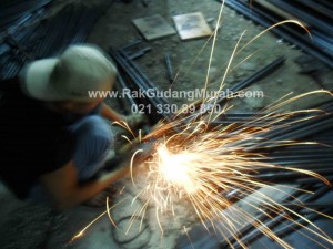 Foto 11. Proses Pemotongan Material Rak Gudang 2