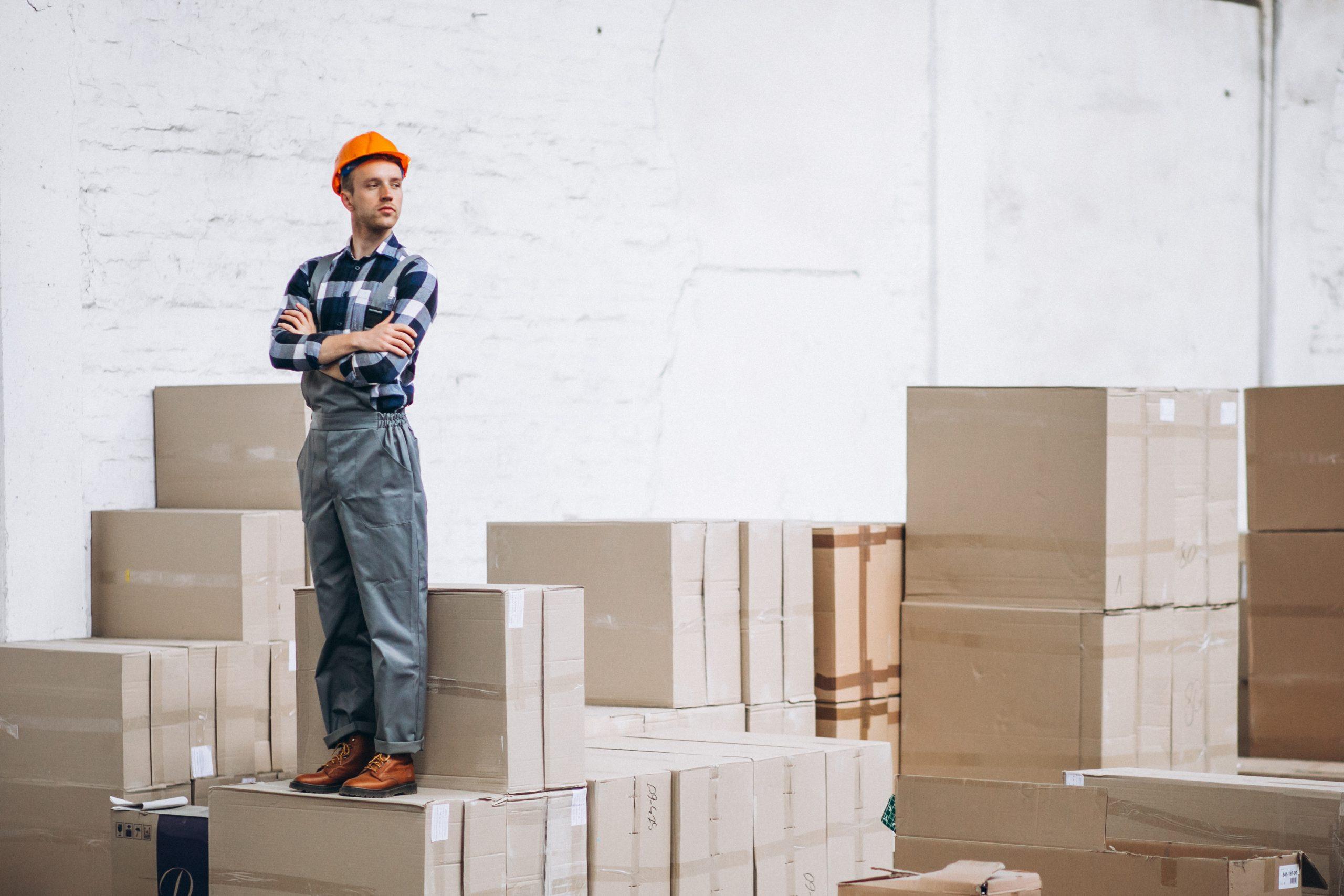 pekerja di rak gudang