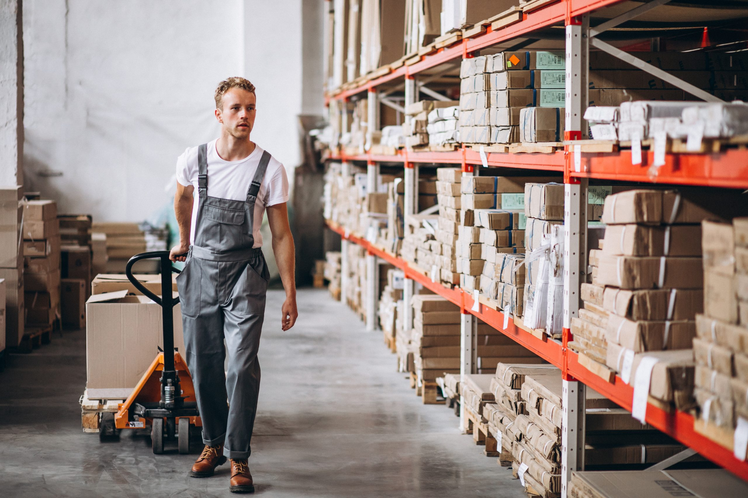pekerja dan rak gudang